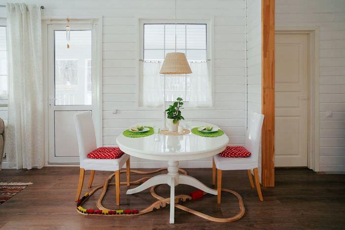 Небольшой обеденный столик в скандинавской кухне