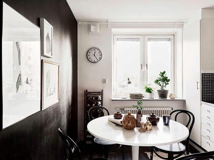 Белый обеденный стол возле черной стены