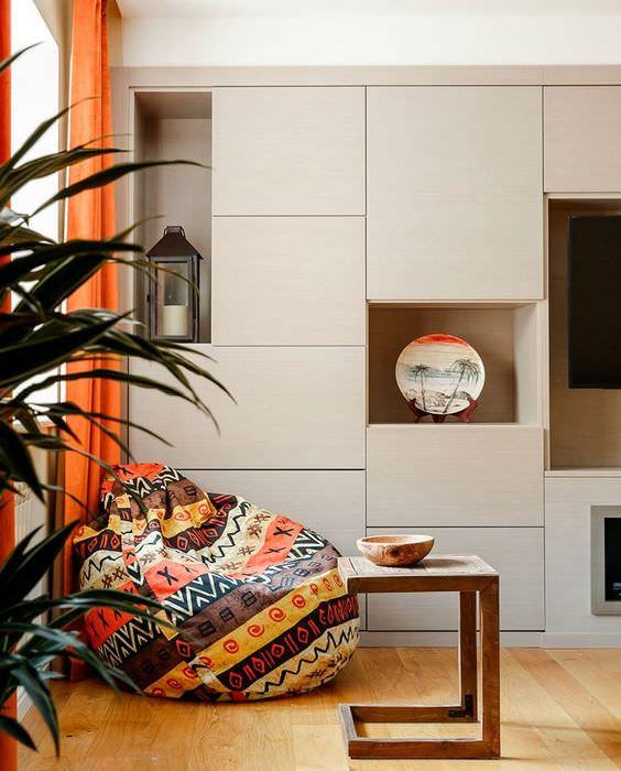 Современная стенка с дверцами светлого цвета
