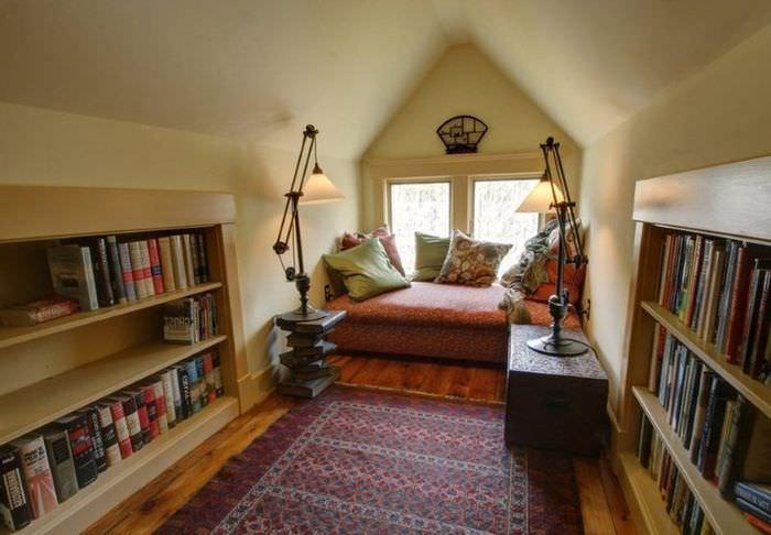 Домашняя библиотека в мансардном помещении