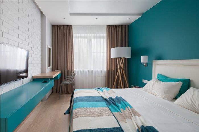 Бирюзовая стена в спальне вытянутой формы