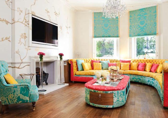 Бирюзовые шторы в разноцветном интерьере гостиной
