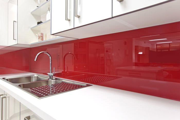 Акриловый фартук красного цвета в белой кухне
