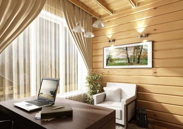 Ноутбук на письменном столе в комнате загородного дома