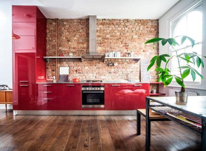 Интерьер красной кухни в стиле лофт
