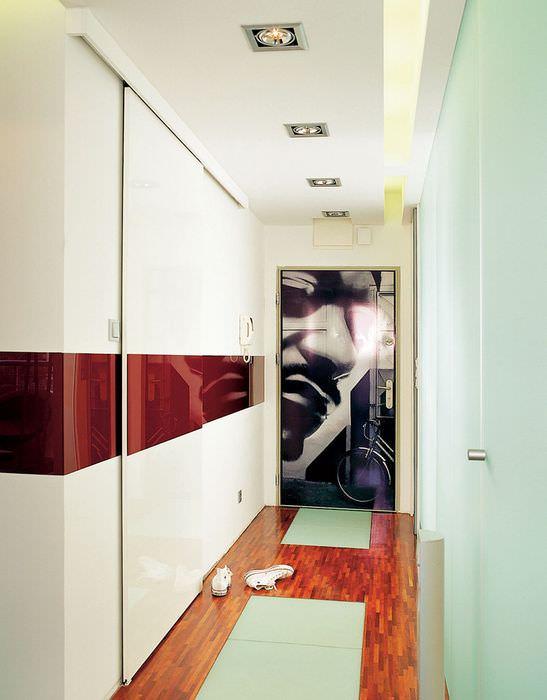 Темная полоса на светлых стенах маленького коридора