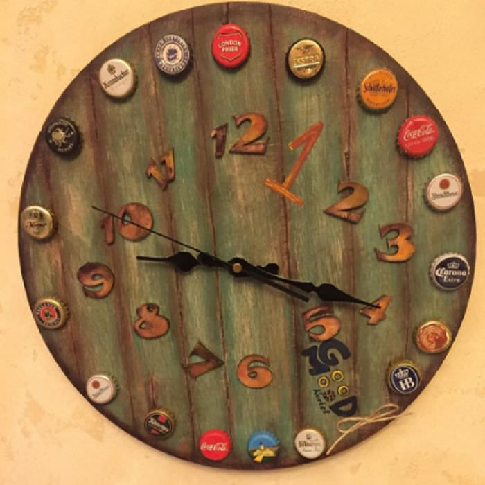 Деревянные часы с пивными пробками
