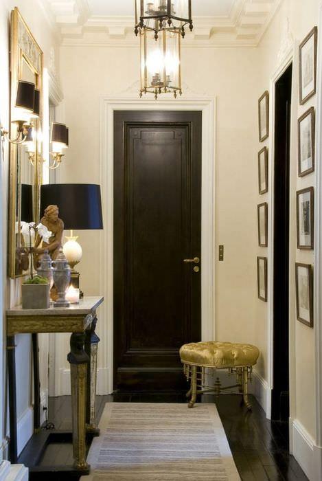 Черная входная дверь в коридоре классического стиля