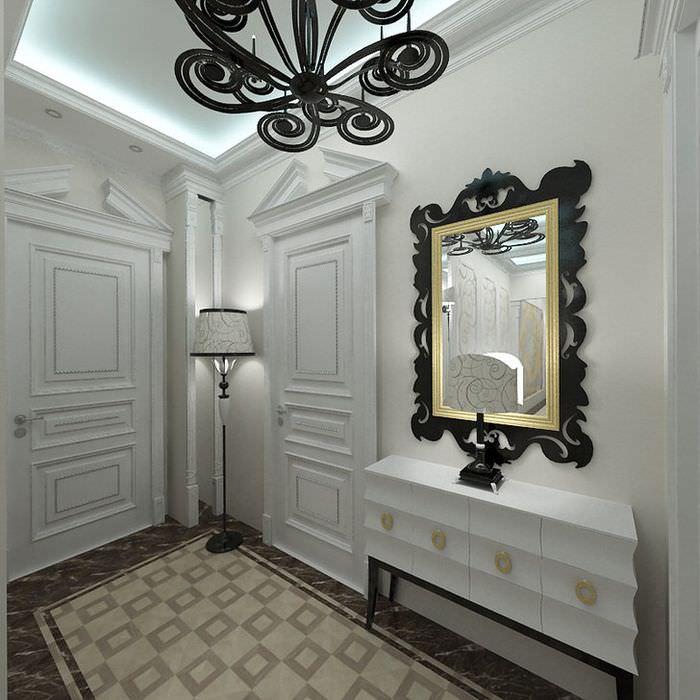 Зеркало в золотисто-черной раме на стене коридора