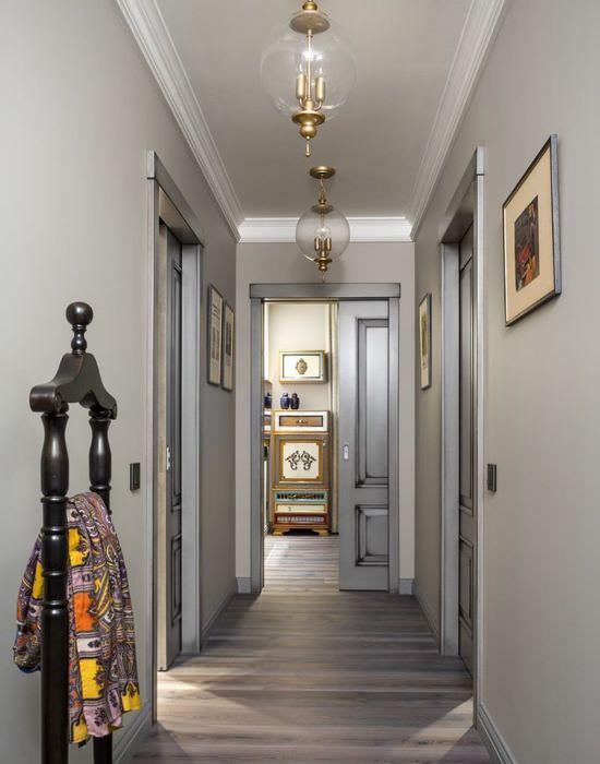 Светло-серые стены в узком коридоре