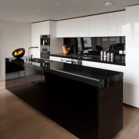 Черный кухонный остров на коричневом полу