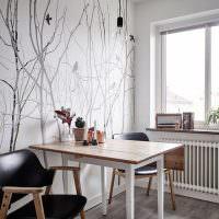 Обеденный столик с деревянной столешницей