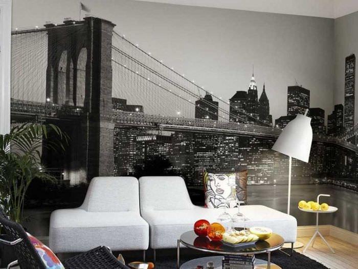 Изображение моста в ночном городе на обоях в гостиной