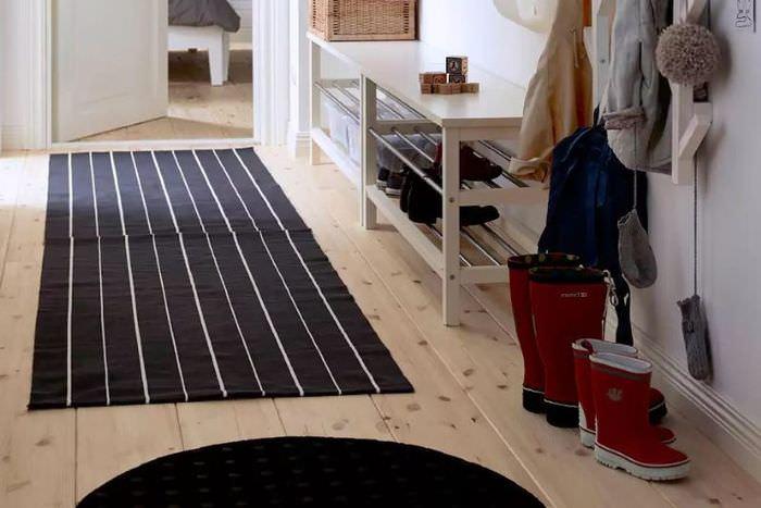 Черный коврик с узкими белыми полосками