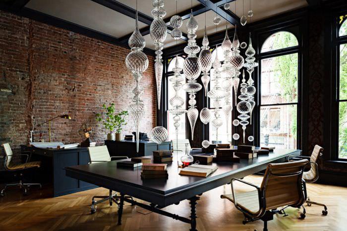 Стеклянные украшения в интерьере готической гостиной