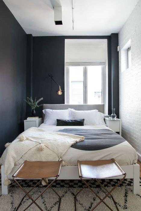Контрастное оформление интерьера узкой спальни