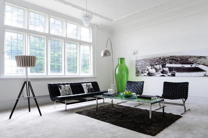 Декорирование светлой гостиной черными акцентами