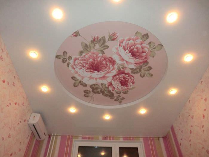 Большие цветы на потолке спального помещения