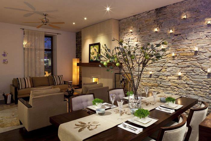 Стена в гостиной с облицовкой природным камнем