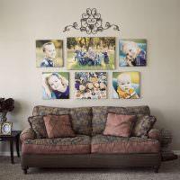Симметричное расположение фотографий над диваном