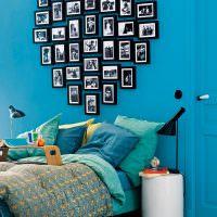Синяя стена с любимыми фотографиями