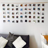 Белая стена с фотографиями на деревянной планке