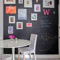 Грифельная стена с картинами и фотографиями