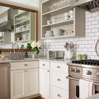 Зеркало над кухонной мойкой и открытые полки