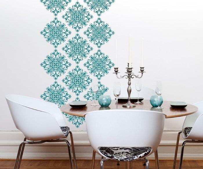Бирюзовый орнамент на белой стене