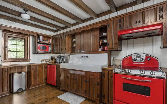 Кухонный гарнитур с фасадами из натурального дерева