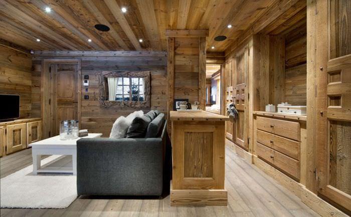 Деревянная отделка кухни-гостиной в стиле шале