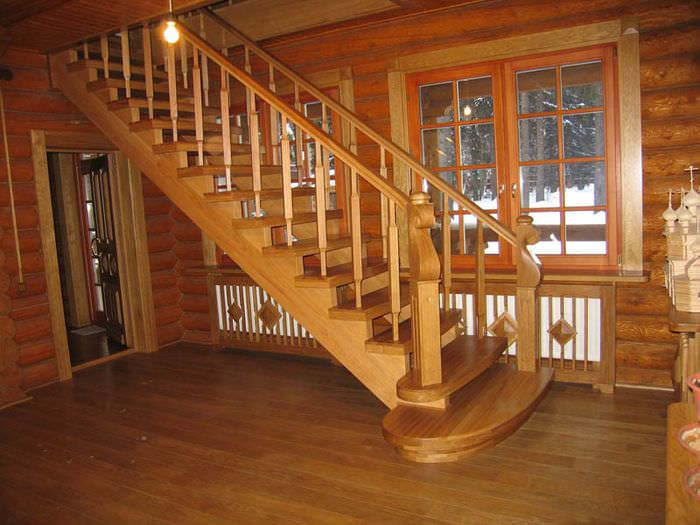 Деревянная лестница в мансарду в срубовом доме