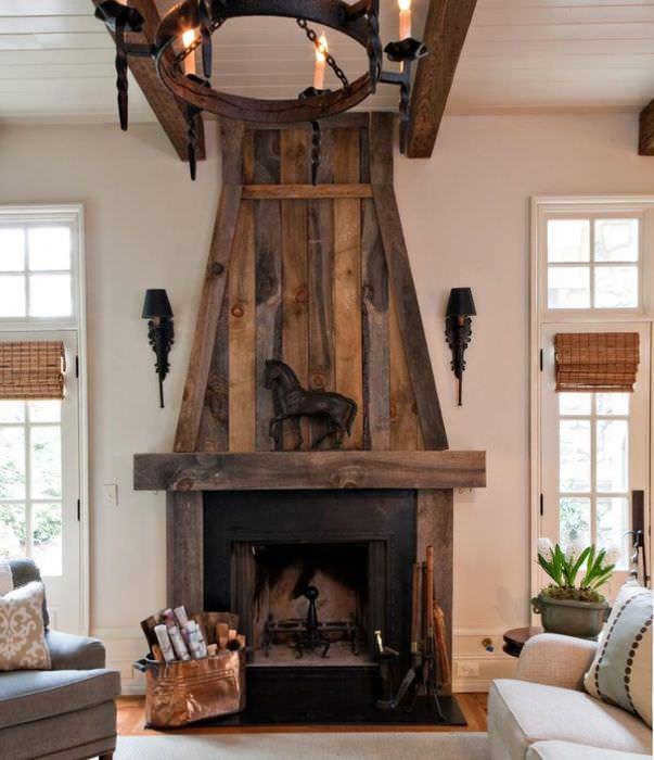 Камин в гостиной с деревянной обшивкой
