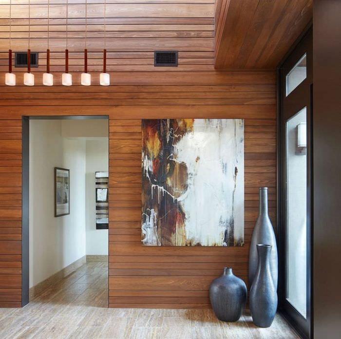 Деревянная облицовка стен прихожей