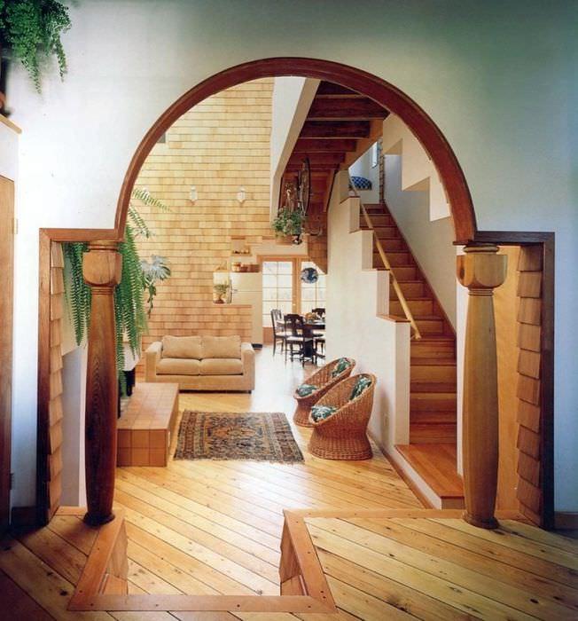 Колонны из натурального дерева в холле частного дома