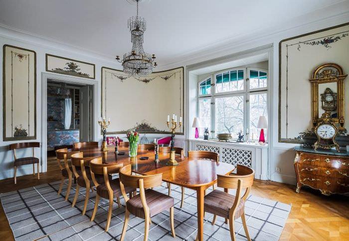 Обеденный стол в просторной столовой частного дома