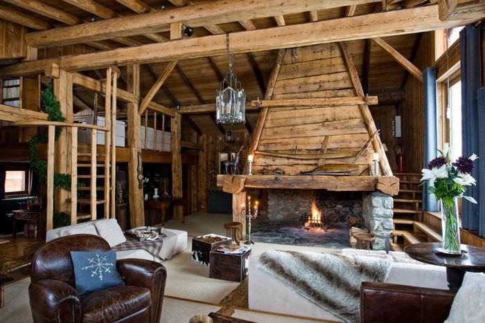 Деревянные балки в гостиной стиля шале