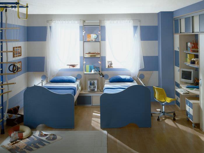 Синие детские кровати в общей комнате