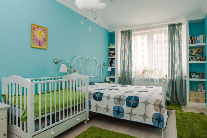 Кроватка для новорожденного в комнате с голубыми стенами