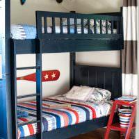 Темно-синяя кровать в два яруса для мальчиков