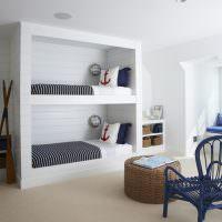 Белые подушки с якорями на наволочках