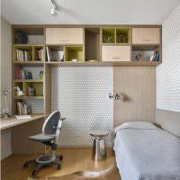 Интерьер маленькой детской комнаты с открытыми стеллажами
