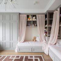 Две кровати в спальне девочек