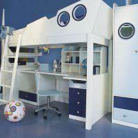 Письменный стол в нижнем ярусе детской кровати