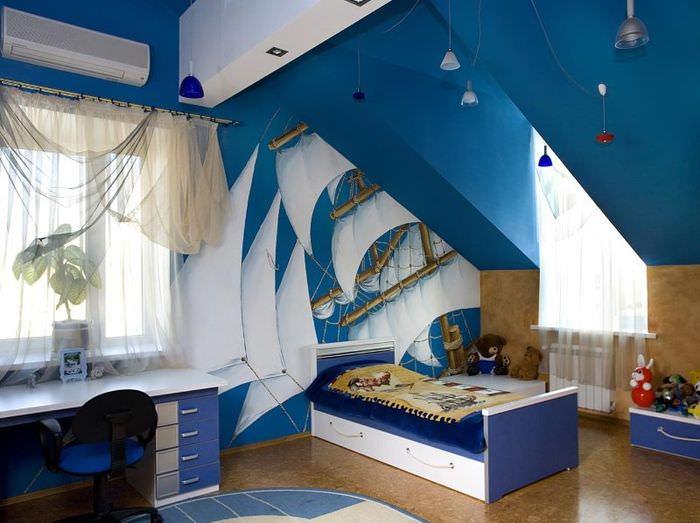Синие стены детской комнаты в чердачном помещении