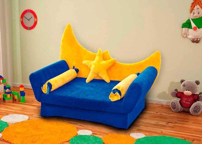 Сине-желтый диван в детской комнате