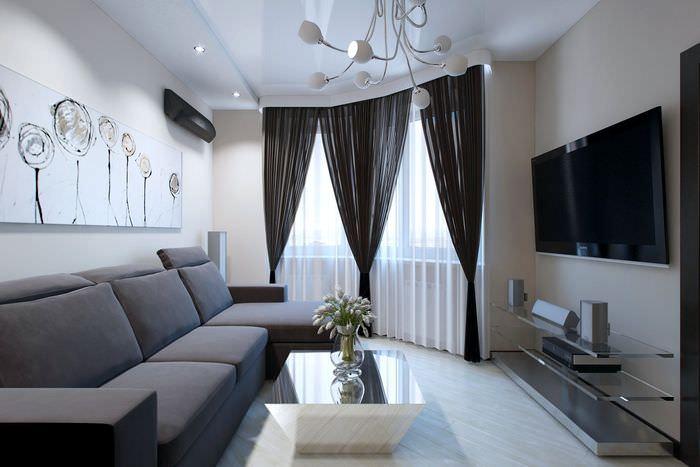 Черные шторы в серо-белой гостиной