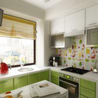 Римские шторы на кухонном окне