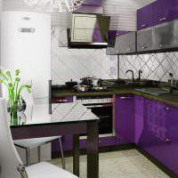 Кухонный гарнитур с фиолетовыми фасадами