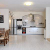 Белый ламинат в кухне-гостиной